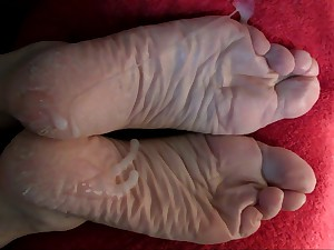 Lyn's Drouthy Wrinkly Feet - her Third cum-load!